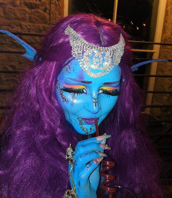 Moteris kasdien jau 2 metus dažo savo kūną mėlynai
