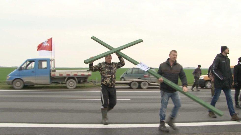 Ūkininkai stato kryžius
