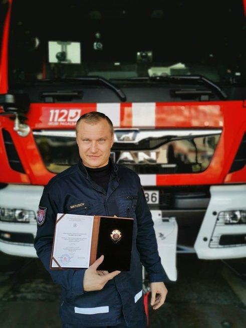 Neįtikėtina ugniagesio drąsa: puolė į degantį butą gelbėti moters (nuotr. PAGD)