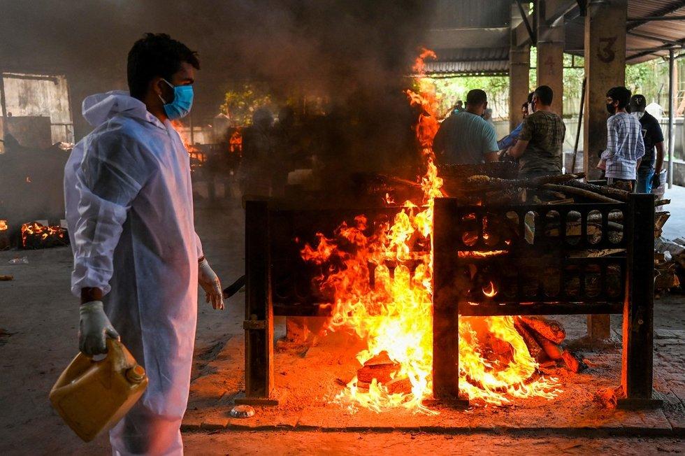 COVID-19 košmaras Indijoje: mirusieji kremuojami masinėse laužavietėse