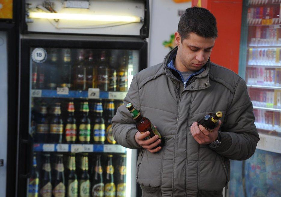 Rusijos gyventojas dvejoja parduotuvės alkoholio skyriuje