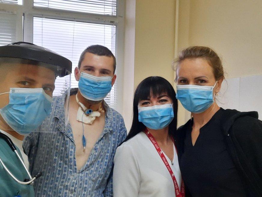 Skubiosios pagalbos-priėmimo skyriaus skubiosios medicinos gydytojas Martynas Gedminas (iš kairės) drauge su bendrosios praktikos slaugytojomis Greta Milevičiūte ir Kristina Meižiene,  aplankė palatoje po sudėtingos krikotomijos procedūros gydomą pacientą