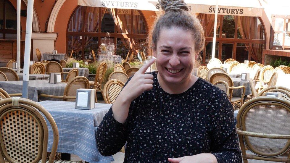 Lietuvos kurčiųjų draugijos valdybos narė Monika Kumžaitė. Vaizdo reportažo stop kadrai