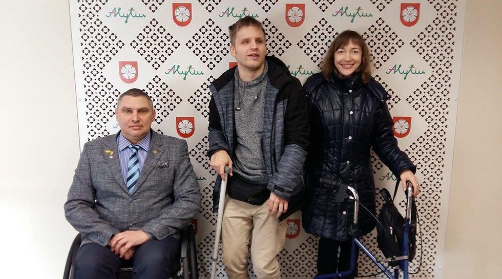 """Asociacijos """"Savarankiškas gyvenimas"""" prezidentas Ričardas Dubickas, asociacijos nariai Martynas Vitkus ir Kristina Dudonytė."""