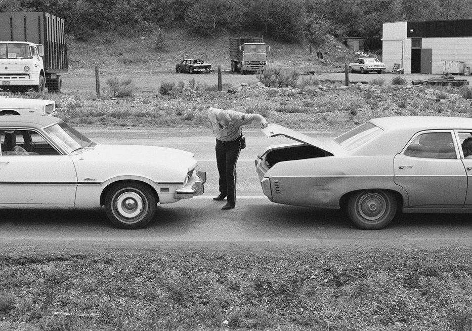 Policija tikrina automobilį po vieno iš Tedo Bundy pabėgimų