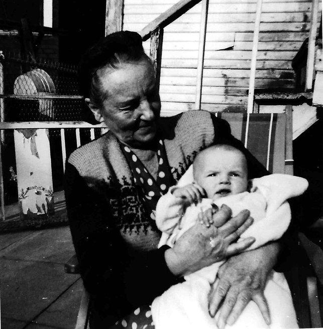 Bronislava Biržiškienė kartu su savo anūke Danute Mažeika, 1950 (nuotr. asm. archyvo)