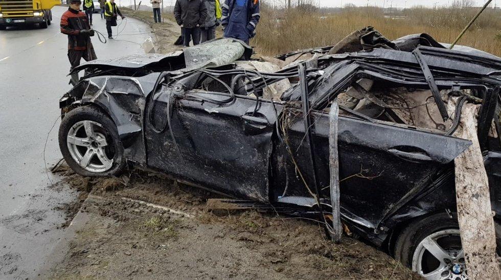 Aiškinasi mįslingą BMW avariją: vyras žuvo, moteris afekto būsenos grįžo namo