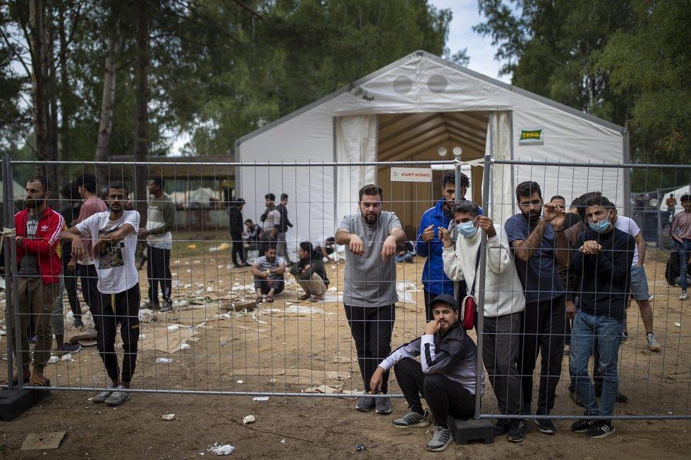 """""""Lyg kas davė komandą"""": baltarusiai pasakoja apie link pasienio plūstančią migrantų bangą"""