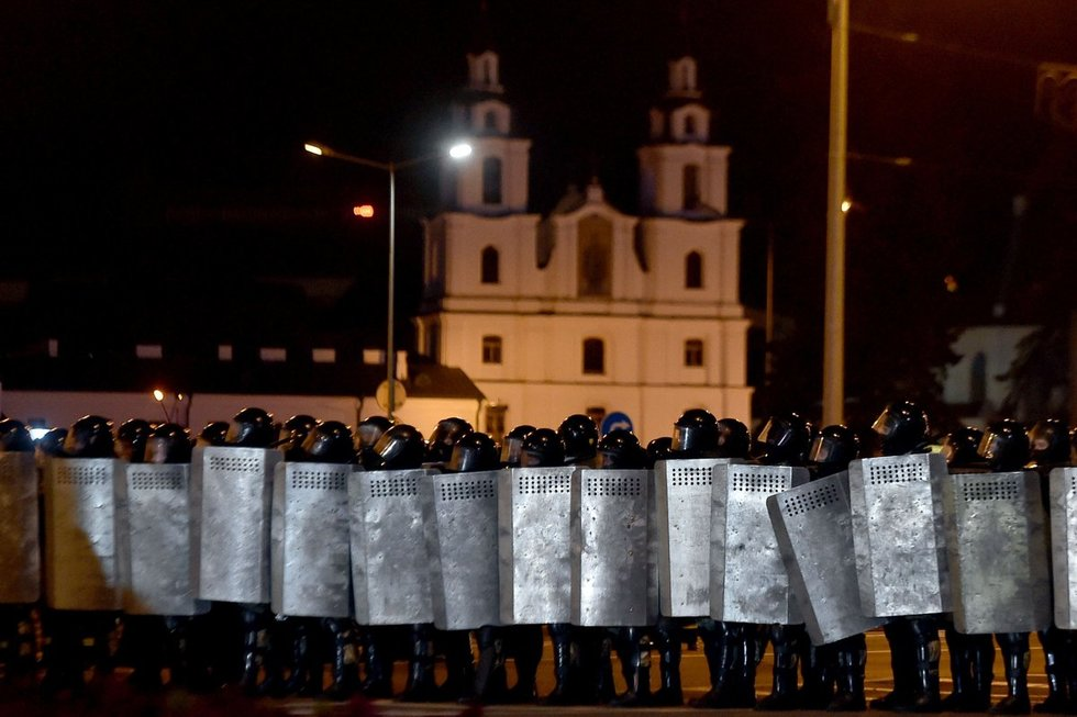 Dėl laiminčio Lukašenkos Minske kilo susirėmimai: gyventojai protestuoja prieš pirminius rinkimų rezultatus