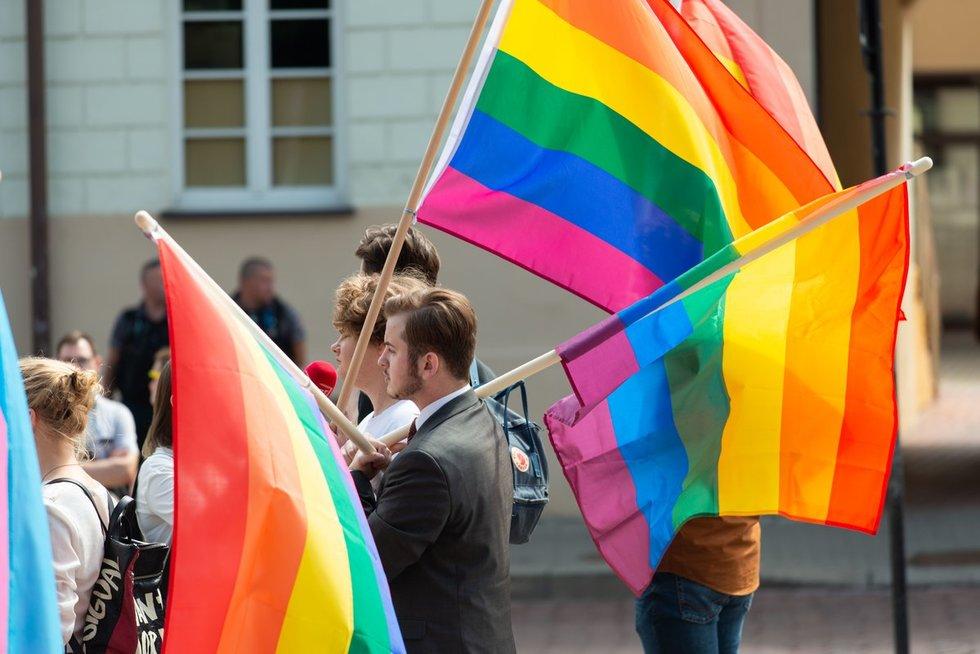 LGBT bendruomenė piketuoja po Nausėdos langais