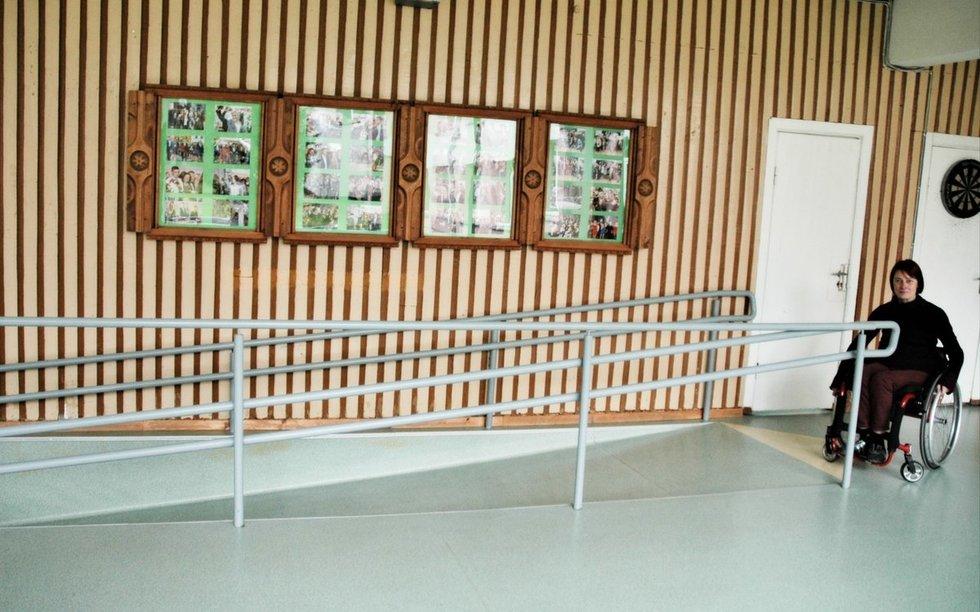 Mokykloje įrengta nuovaža neįgaliojo vežimėliui, pritaikytas pirmasis pastato aukštas. Linos Jakubauskienės nuotr.