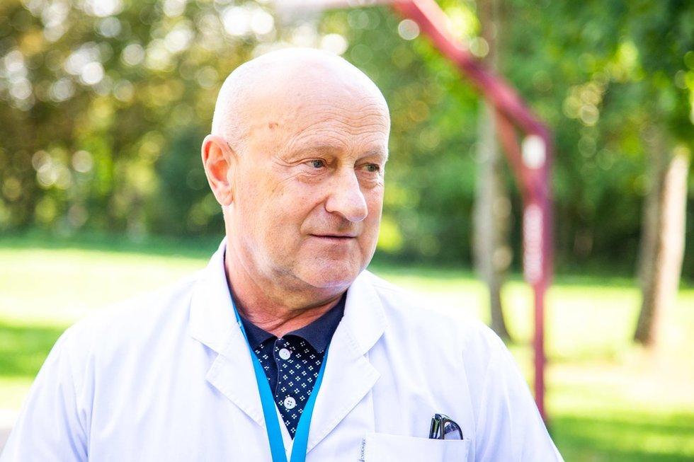 Su profesoriumi J. Raistenskiu susitinkame Santaros vaikų ligoninėje.