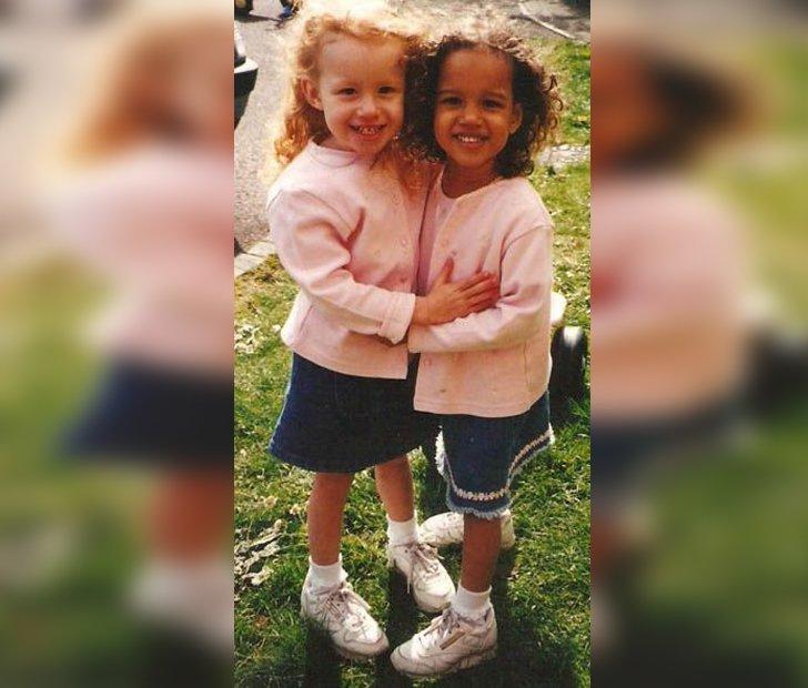 Niekas netiki, kad šios mergaitės - dvynės (serve.cdntik.com nuotr.)