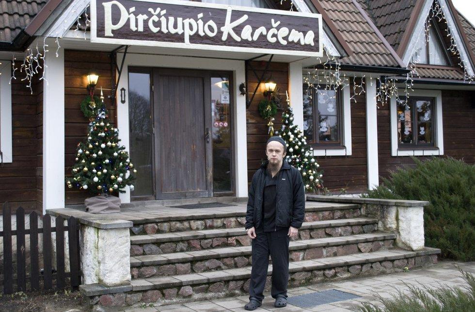 """Audrius Narkauskas dirba Varėnos rajone įsikūrusiame restorane """"Pirčiupių karčema"""". Nijolės Zenkevičiūtės nuotr."""