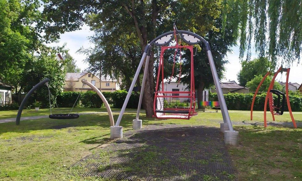 Panevėžio specialiosios mokyklos-daugiafunkcio centro kieme įrengtomis sūpynėmis rateliais judantys neįgalieji naudotis negali.