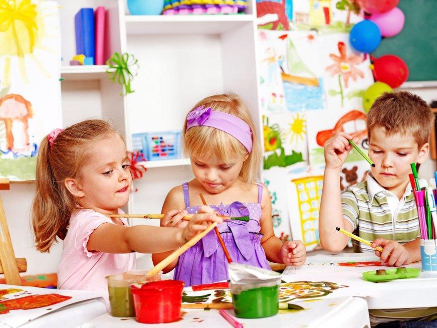 Žaidžiantys vaikai
