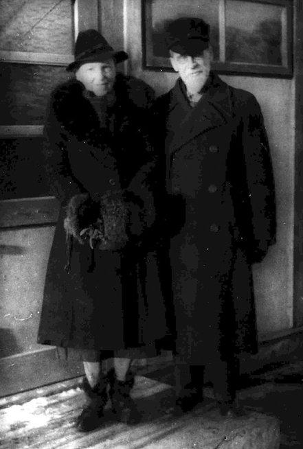 Bronislava ir Mykolas Biržiškos prie savo buto nr.14, 1947 (nuotr. S.Narkeliūnaitė)