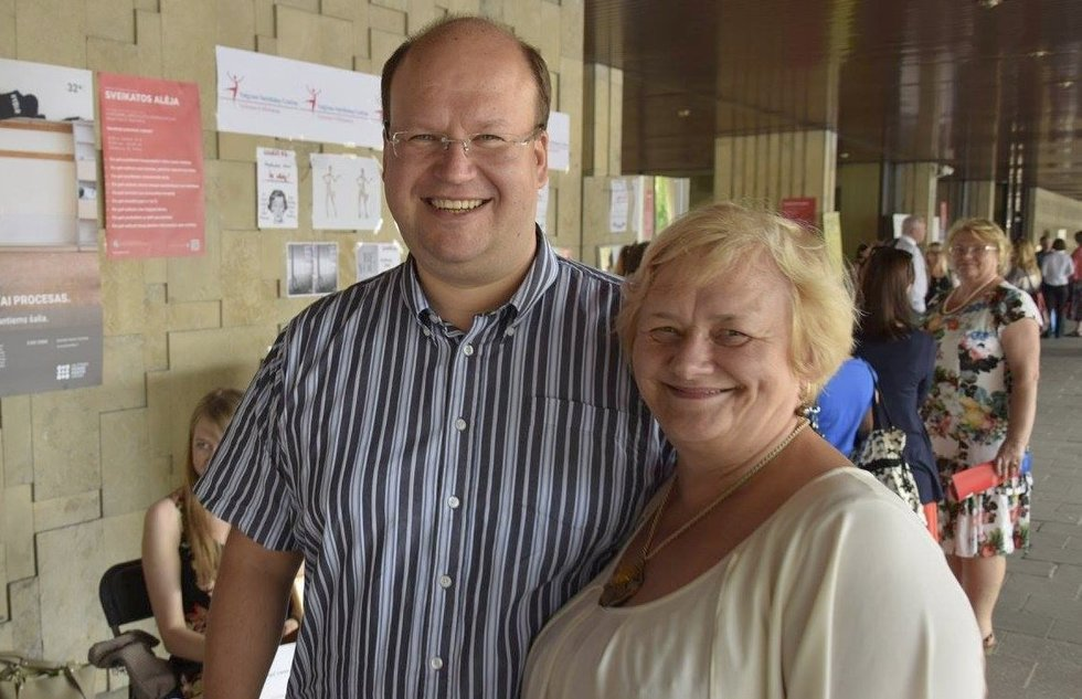 Ona Davidonienė su Vilniaus psichikos sveikatos centro direktoriumi Martynu Marcinkevičiumi. Valstybinio psichikos sveikatos centro archyvo nuotr.