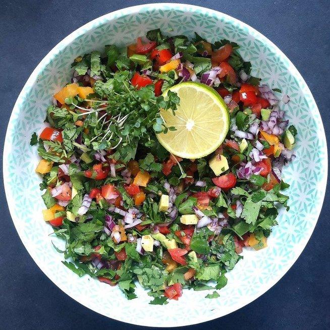 Pomidorų, avokado ir kalendrų salotos