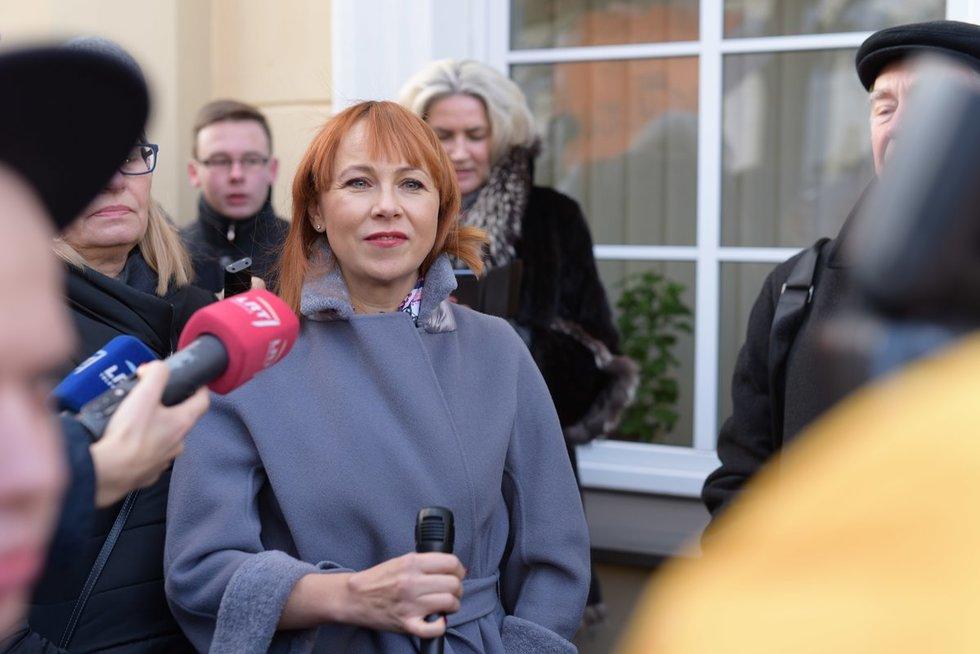 mokiniai ir Jurgita Petrauskienė (nuotr. Fotodiena/Arnas Strumila)