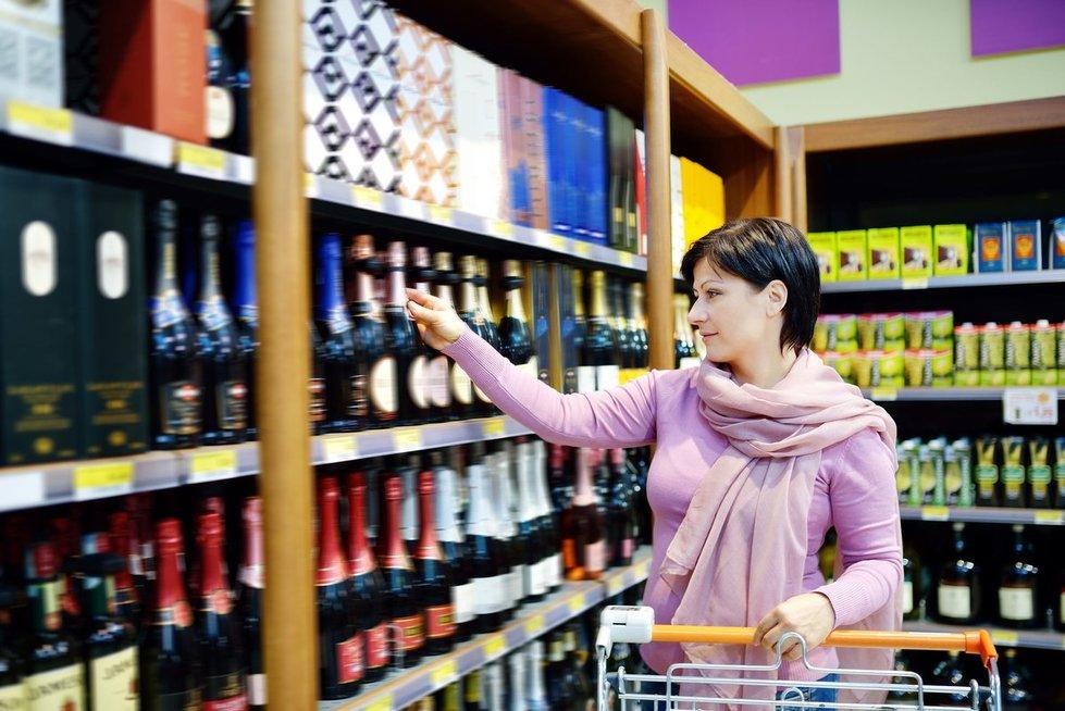Alkoholis parduotuvėje (nuotr. 123rf.com)