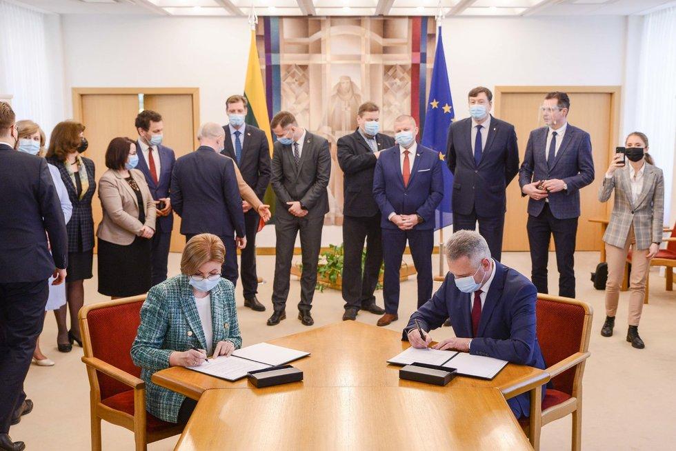 Valstiečiai ir darbiečiai pasirašė opozicijos susitarimą: žada ginti tradicinę šeimą ir vertybes