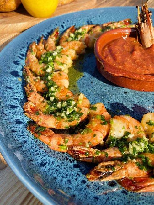 Grilyje keptos krevetės su kokteiliniu padažu