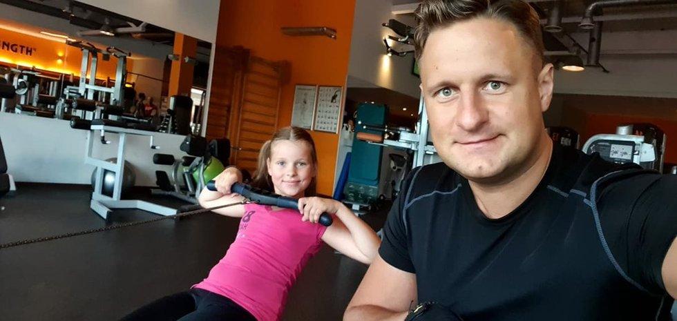 Andrius Rimiškis sportuoja su dukra