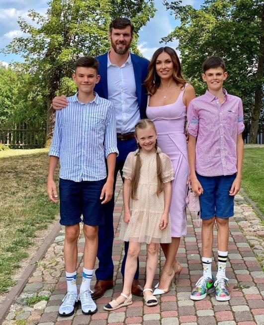 Kšištofas ir Tatjana Lavrinovičiai su vaikais –Danieliumi, Dominyku ir Emily