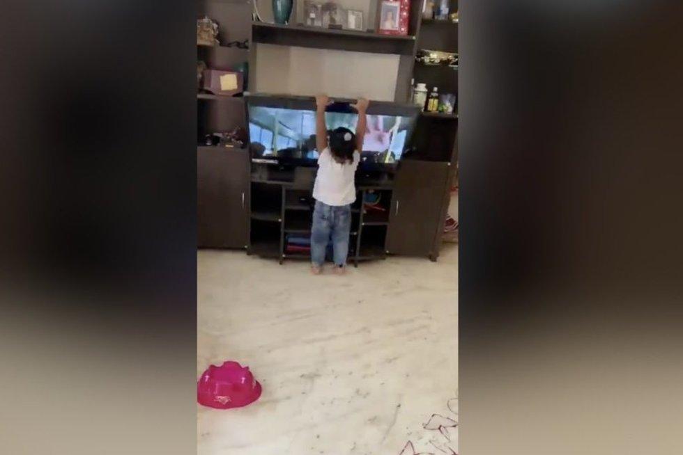 Tėvai nė neįtarė, kas po akimirkos nutiks jų dukrai: akyse pildėsi didžiausias košmaras (nuotr. stop kadras)