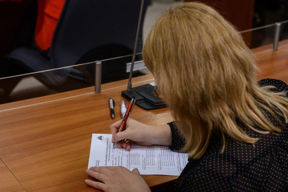 Rašo diktantą (nuotr. Fotodiena.lt)