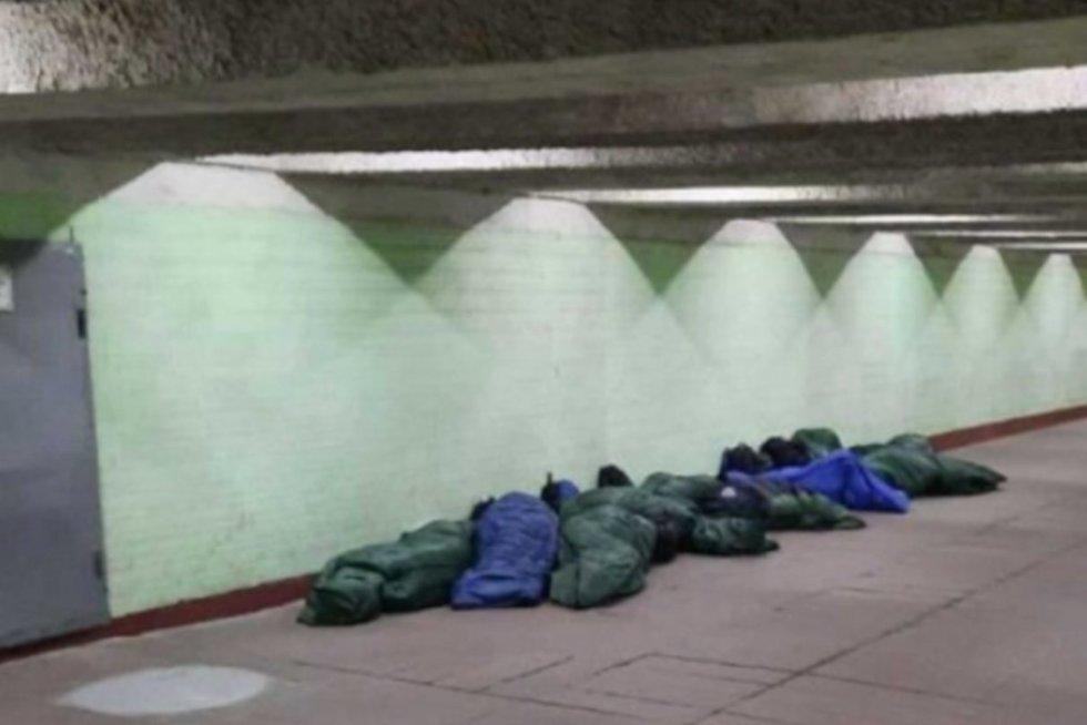 Šimtai nelegalių migrantų užplūdo Minsko oro uostą ir miestus: kai kurie jų miega tiesiog gatvėse (nuotr. stop kadras)