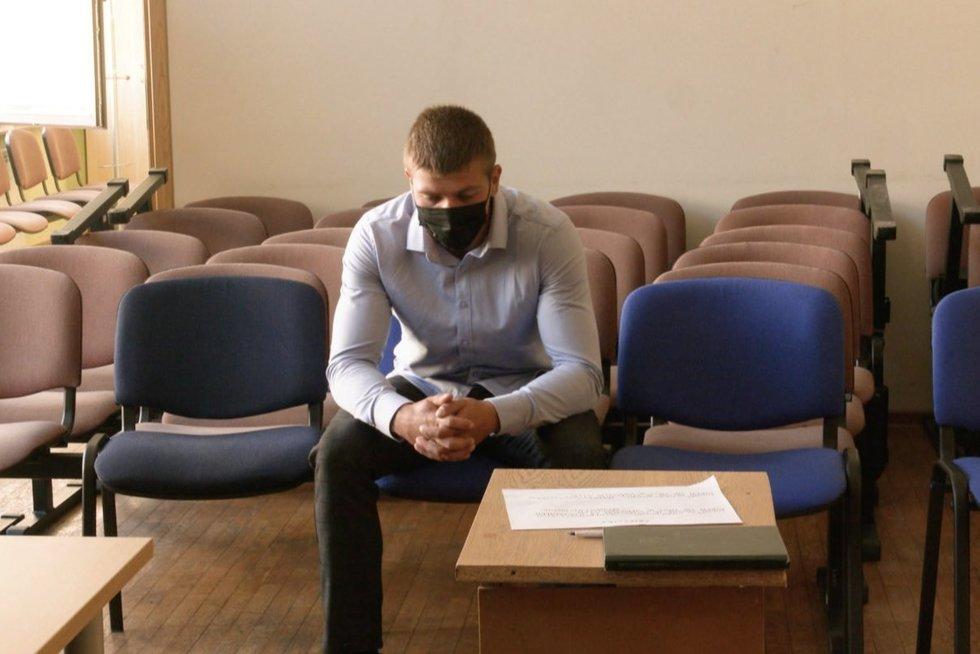 Į teismą sugrįžo žiauriai merginą sumušęs jurbarkietis: pripažino visus kaltinimus (nuotr. stop kadras)