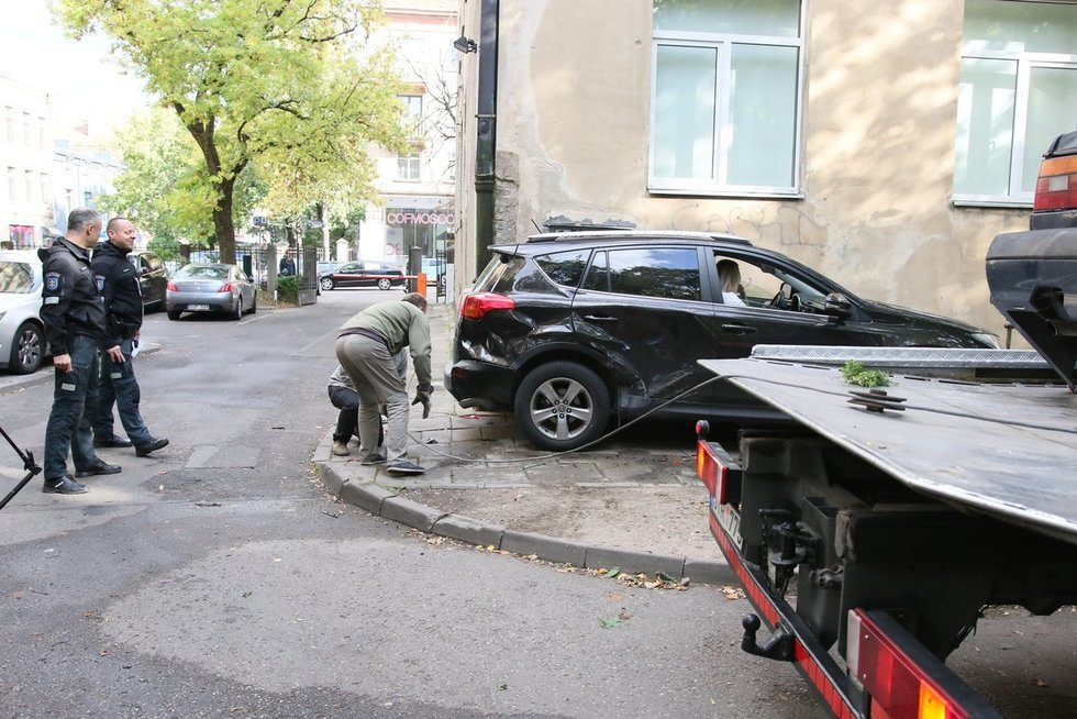Neblaivi vairuotoja Vilniuje rėžėsi į du stovinčius automobilius (nuotr. Broniaus Jablonsko)