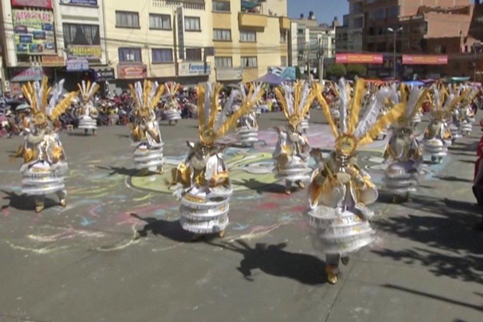 Boliviją drebina tradicinis paradas: šiais metais jis kitoks (nuotr. stop kadras)