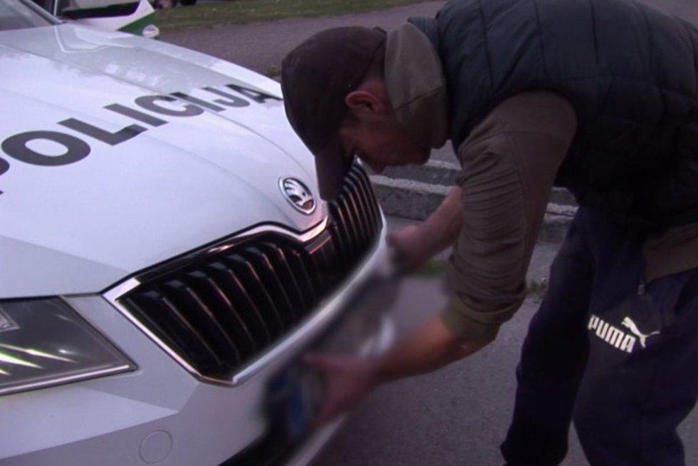 Sulaikė nebaivius jaunuolius su BMW: be priežasties nulupo automobilio valstybinius numerius