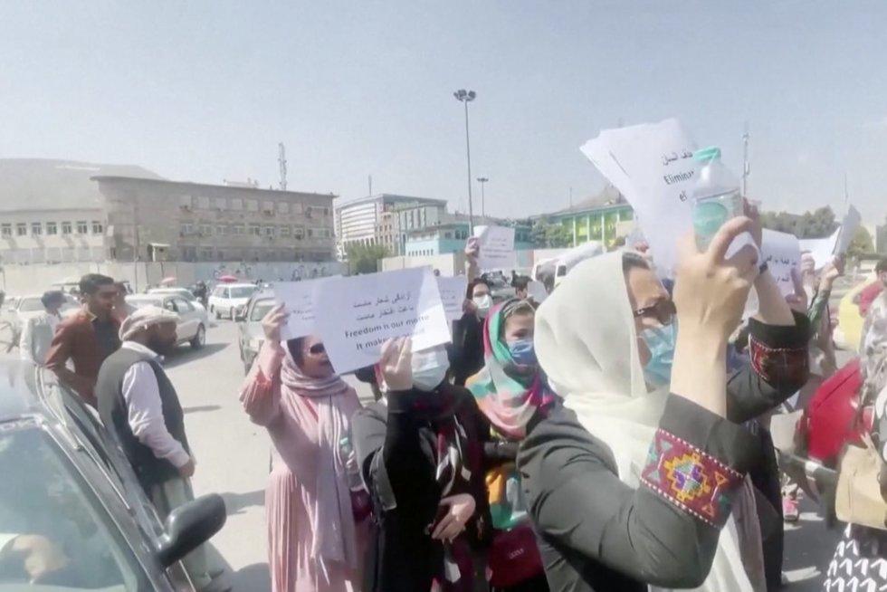 Afganistane situacija aštrėja: Talibanas moteris, prabilusias apie savo teises, išvaiko smūgiais  (nuotr. stop kadras)