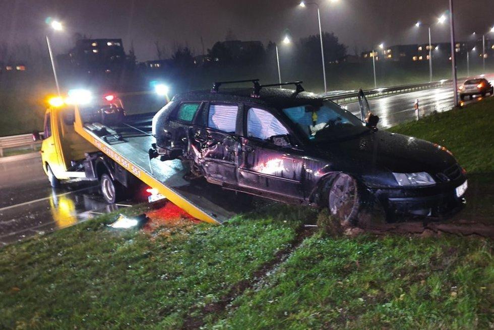 Vilniuje SAAB suniokojo stulpus, vairuotojas, įtariama, apsvaigęs  (nuotr. Broniaus Jablonsko)