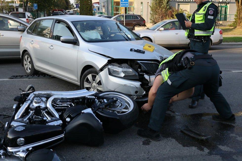Judrioje Vilniaus gatvėje – motociklo ir automobilio avarija (nuotr. Bronius Jablonskas/TV3)