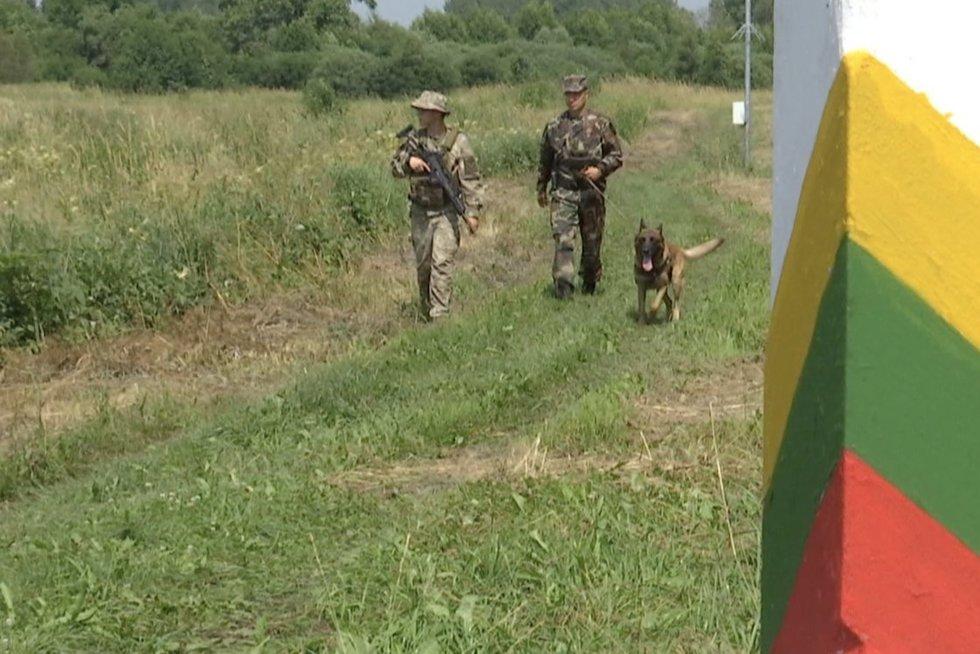 Pasienyje su Baltarusija pradėjo patruliuoti kariai: nors migrantų srautas slopsta, atsipalaiduoti neskuba (nuotr. stop kadras)
