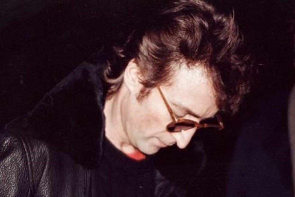 Johnas Lenonas pasirašo autografą Davidui Chapmanui, kuris praėjus kelioms valandoms jį nužudė.  (nuotr. mixstuff.ru)
