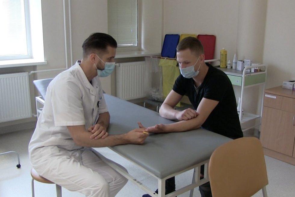 Pirmą kartą Lietuvoje atlikta nervo sujungimo operacija panaudojant implantą (nuotr. stop kadras)