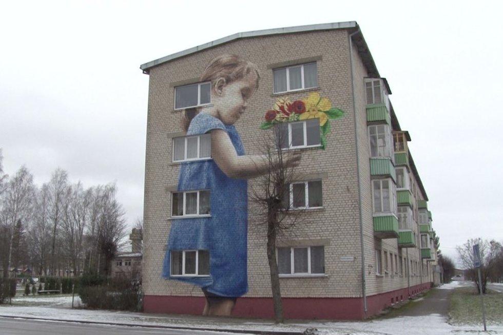 Rokiškio rajone miestelio gyventojus džiugina nepaprasti kūriniai ant daugiabučių sienų (nuotr. stop kadras)