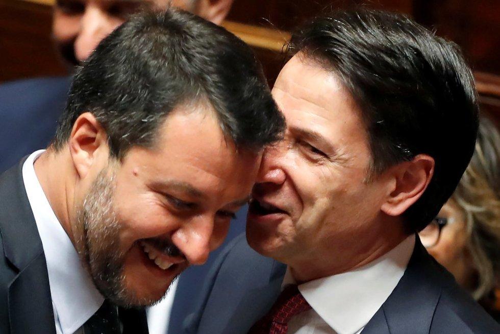 Italijos premjeras Giuseppe Conte (d) ir vidaus reikalų ministras Matteo Salvini (k) (nuotr. SCANPIX)