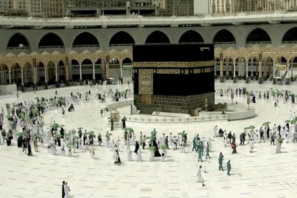 Į Meką suplūdo piligrimai: pirmąkart istorijoje šventyklą saugo ne vyrai (nuotr. stop kadras)