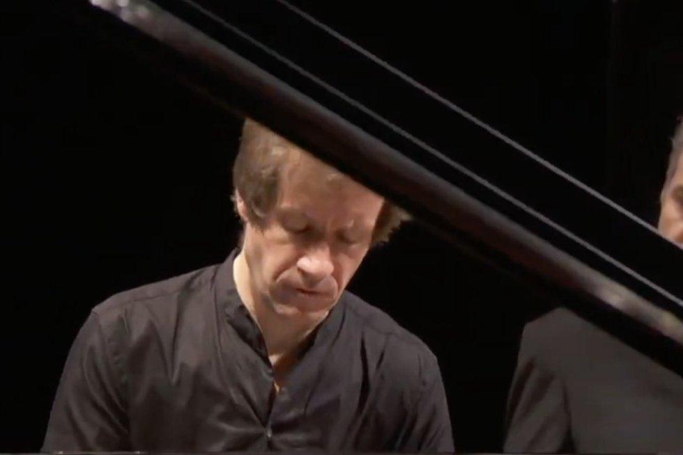 """Rusų pianistą į Lietuvą pakvietęs LVSO klaidų neįžvelgia: """"Jis negroja dėl politinių motyvų"""" (nuotr. stop kadras)"""