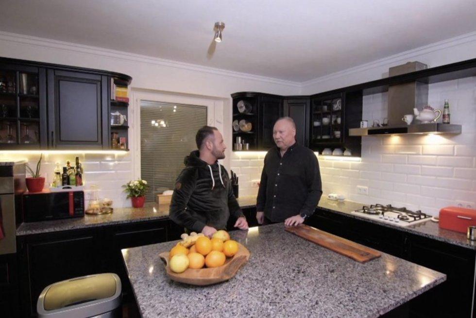 """Grupės """"Rondo"""" lyderisAleksandras Ivanauskas-Fara TV3 laidai """"5 žvaigždučių būstas"""" atvėre savo namų duris ir pakvietė į mėgstamiausią savo erdvę jame. """"Čia turbūt jus ir liksite vieninteliai"""", – intriguos laidos pašnekovas.  Atlikėjas atskleis, kad savo"""