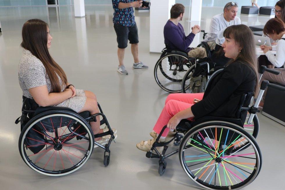 """Akcija """"Negalia netrukdo spindėti"""" dalyvavo įvairias negalias turintys žmonės. Sigitos Inčiūrienės nuotr."""
