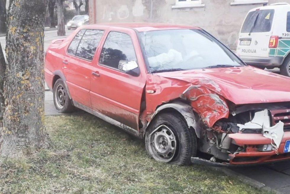 Visiškai girtas vairuotojas Šilutėje kėlė siaubą: po ratais vos nepakliuvo vaikai (nuotr. TV3)