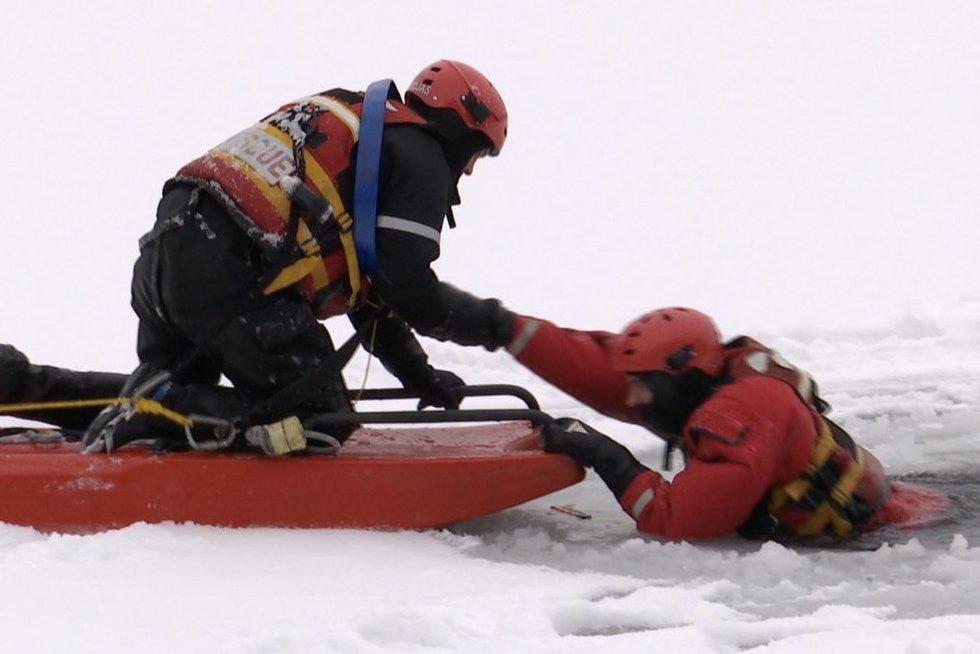Šąlantys vandens telkiniai – nerimas gelbėtojams, bijo įlūžusiųjų antplūdžio (nuotr. stop kadras)